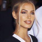 umwerfendes 90er Super Model blond perfekte Zähne mit warmem Make-up kupferfarb...